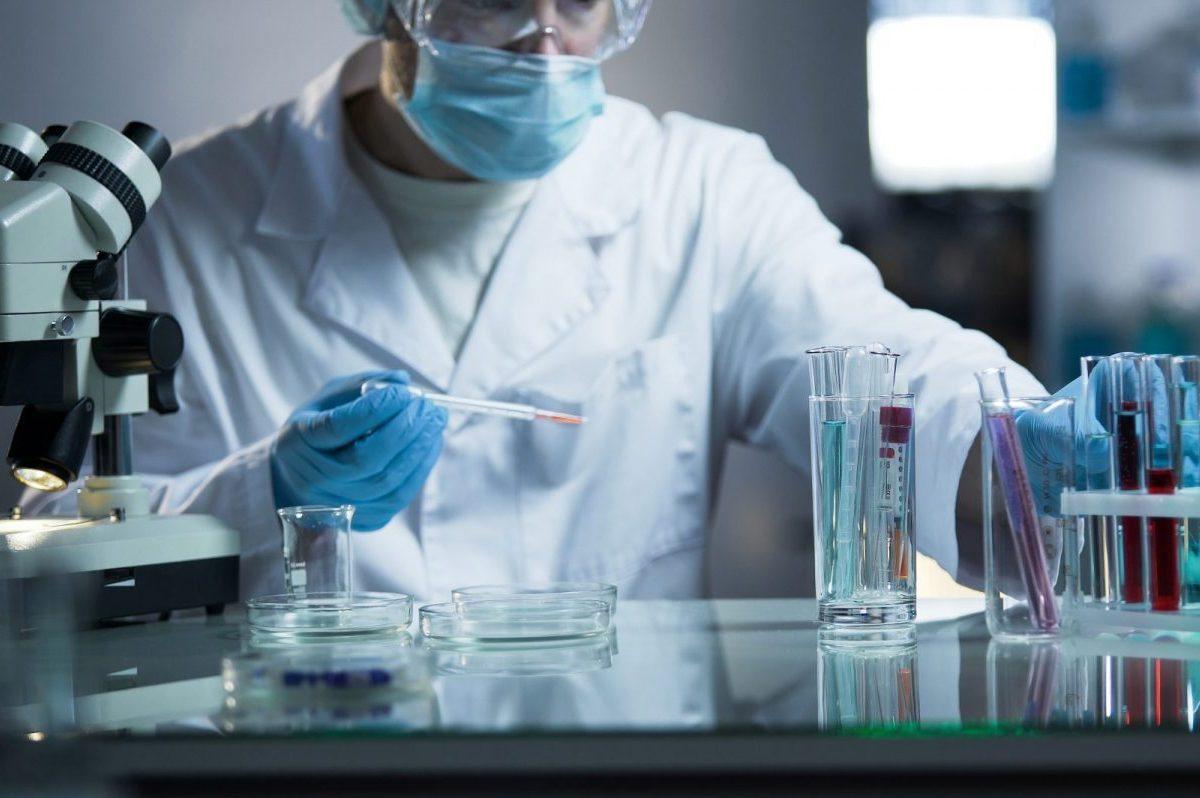 foto di medico in laboratorio alle prese con la diagnostica genetica preimpianto