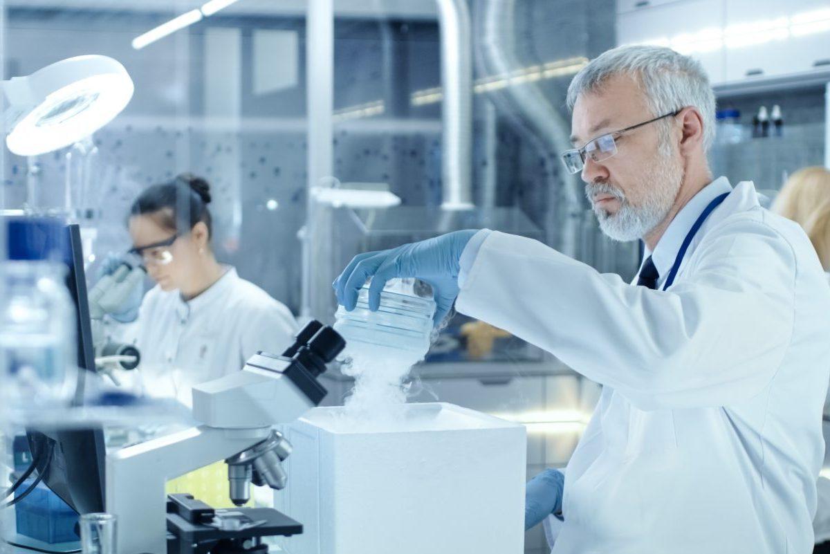 dottori che lavorano alla crioconservazione