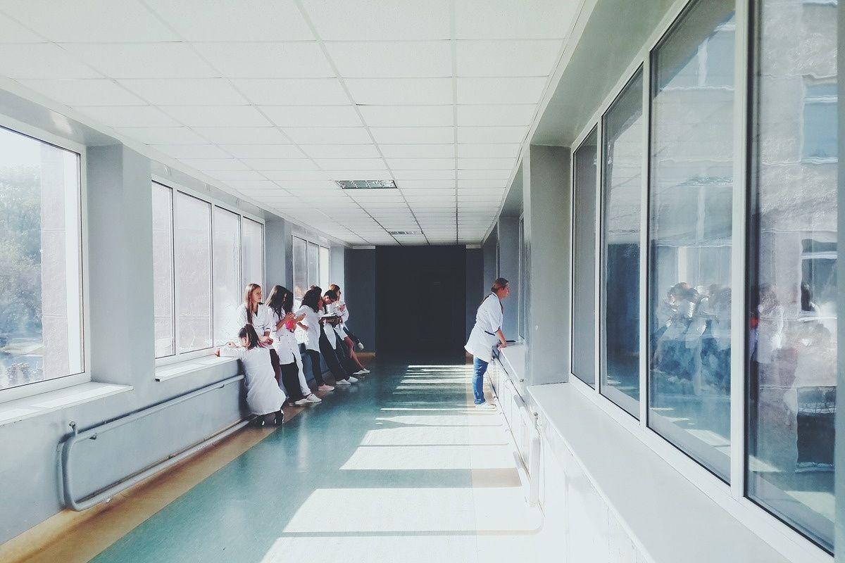 foto di dottori e infermiere in ospedale
