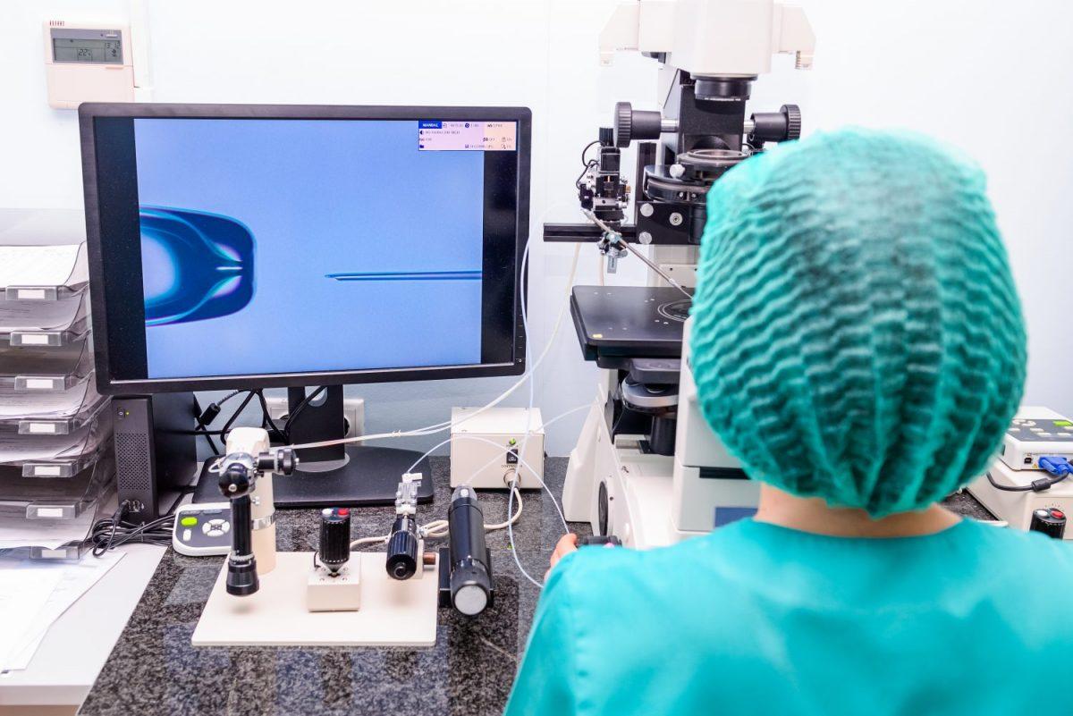 foto di dottoressa che lavora alla fecondazione in vitro