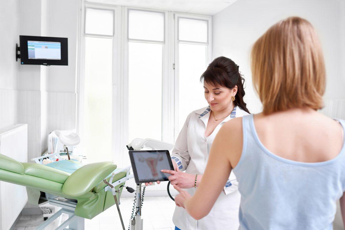 foto di donna che sta per sottoporsi a una isteroscopia