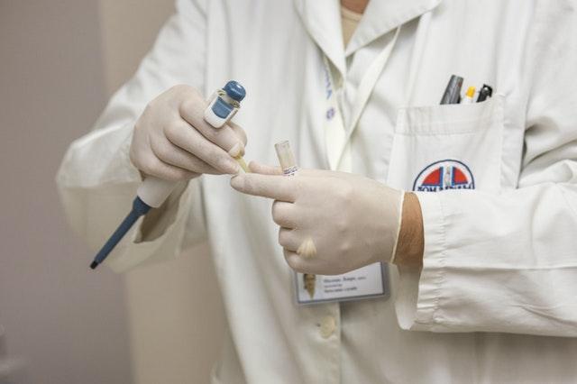 foto di medico nel laboratorio che studia l'infertilità