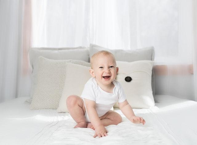foto di bambino nato con la PMA che ride