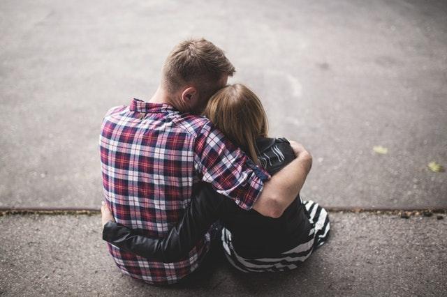 foto di coppia che pensa all'infertilità di coppia