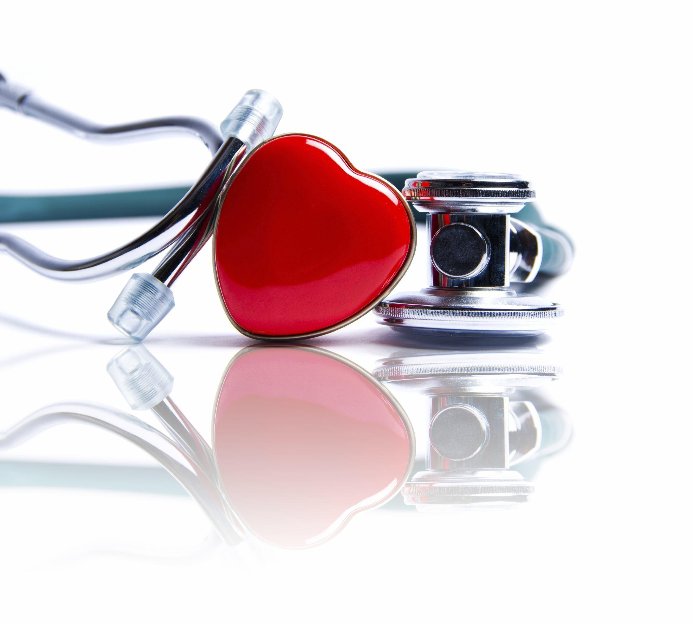 foto di stetoscopio e cuore per riconoscere l'infertilità