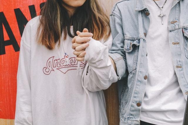 foto di coppia di giovanissimi che scoprono la loro fertilità