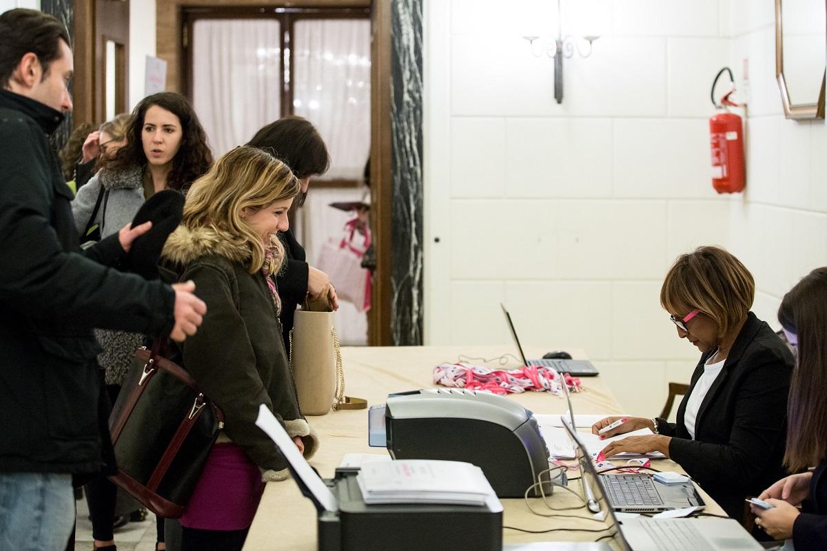 partecipanti all'evento computer screen convegno diagnosi preimpianto